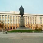 В Пензе странная женщина извергает проклятия на памятнике Ленину перед правительством