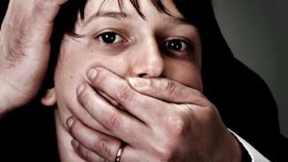 Мужчина из Каменки сделал жену проституткой, а сына заставлял заниматься с ней сексом