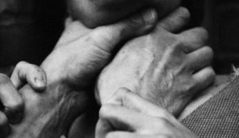 Житель Пензы набросился на своего товарища и задушил занавеской