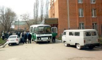 Соседство со смертью. Жители улицы маршала Крылова каждый день «ходят на похороны»