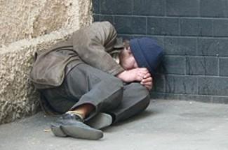На Вяземского в Пензе мужчина живет под балконом и спит на сундуке