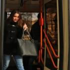Девушка в маске и с ножом набросилась на пассажиров троллейбуса