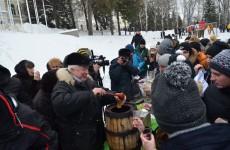 Ректор ПГУ напоил студентов медовухой прямо на улице