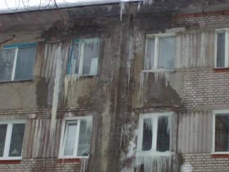 В Пензе многоэтажка на Одесской превращается в большую глыбу льда