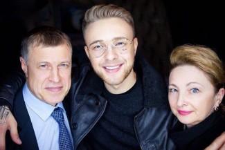 Отец Егора Крида подарил 80-летней пенсионерке 30 тысяч рублей