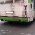 Соцсети: В центре Пензы автобус развалился на ходу