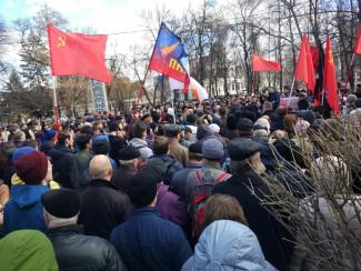 Под разными флагами. В Пензе на митинг против коррупции вышли сотни горожан