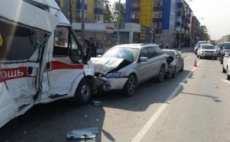 В Пензе машина скорой помощи столкнулась с двумя машинами