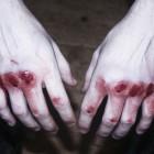 В Пензе на заправке из-за денег женщину избил и чуть не задушил бывший парень