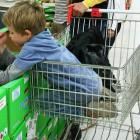 В соцсетях пензенцы жалуются на детей, поедающих продукты с витрин магазина