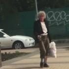 Пьяная женщина устроила переполох на центральной улице в Пензе, поливая прохожих грязью во всех смыслах