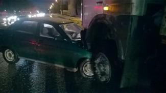 В Пензе, возле «Домино» грузовик на большой скорости протаранил «десятку» (фото)