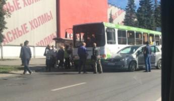 В Пензе у «Красных холмов» произошло жесткое ДТП с участием пассажирского автобуса и легковушки