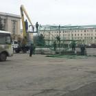 В Пензе на площади Ленина приступили к установке новогодней елки