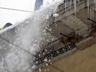 Жительницу Кузнецка насмерть завалило снегом с крыши
