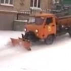 Сверхскоростной коммунальщик очистил от снега злополучную гору на Бекешской