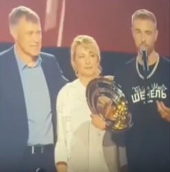 Пензенский бизнесмен Булаткин поздравил Крида с тарелкой МУЗ-ТВ со сцены в «Олимпийском»