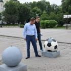 В Пензе вандалы оставили «метки» на футбольных шарах на Московской