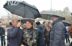 Под дождем, но с улыбкой. Кто над кем держал зонт 4 ноября на Юбилейной площади