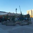 На площади Ленина начали установку главной елки