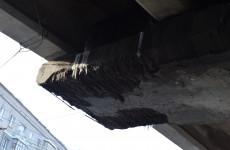 Горожане обеспокоены отваливающимися от Гагаринского путепровода кусками бетона