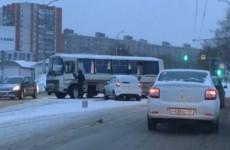 Жесткое ДТП возле пензенского автовокзала: легковушка столкнулась с автобусом