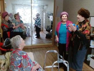 В Пензе с 8 Марта поздравили одиноких пожилых женщин