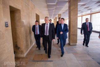 Белозерцев поделился планами по реконструкции Дома молодежи