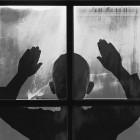 В Пензе подросток выпал из окна и разбился насмерть - очевидец