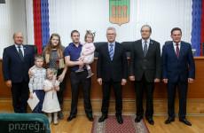 Губернатор вручил пензенским молодым семьям жилищные сертификаты
