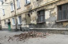 На улице Калинина в Пензе частично обрушилась стена жилого дома