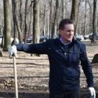 Виктор Кувайцев взял в руки грабли и убрал Олимпийскую аллею от листвы
