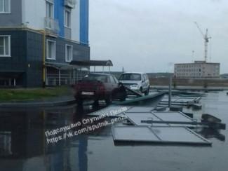 В Пензенском районе на легковушку упал строительный забор