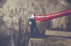 В Пензенской области молодой человек ударил сожителя матери топором по голове