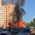 На улице Антонова в Пензе вспыхнул строительный вагончик