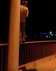 «Она хочет, чтобы ты жил». Пензенец не дал парню прыгнуть с моста. ВИДЕО