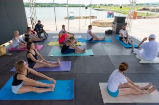 На набережной Спутника отпраздновали Международный день йоги
