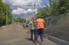 В Пензе дорожный рабочий набросился с кулаками на прохожего. ВИДЕО