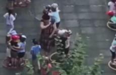Момент, где воспитательница детсада бьет малышей тряпкой по лицу, попал на видео
