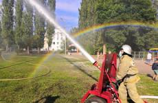 Зареченские пожарные на детском празднике сожгли машину и устроили водное шоу
