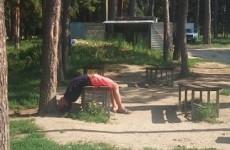 Пензенца, отдыхающего в очень странной позе, сняли на видео