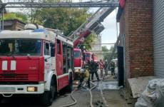 В Пензе вспыхнуло здание завода: с огнем боролись 36 человек