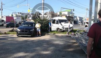 В центре Пензы при столкновении расколотились BMW и маршрутка