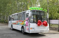 Глава Пензенской области подарил автобус Губернскому лицею