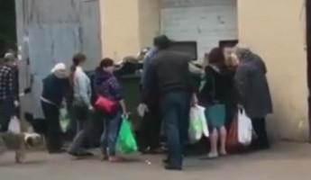 «Жесть». Пензенцы, копающиеся в мусорных баках, попали на видео