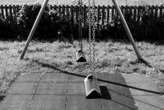 «Адские бабки». Пенсионерки спилили качели на глазах у детей