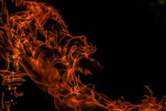 Серьезный пожар на улице Аустрина в Пензе уничтожил несколько гаражей