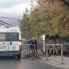 В Пензе легковушка снесла забор и завалилась на бок. ФОТО