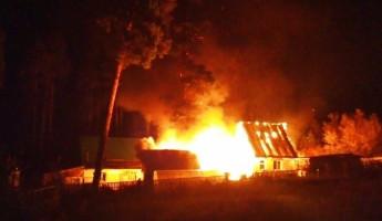 В Пензе горящий дом и надворные постройки тушили 19 человек