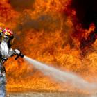 Полыхающий дом под Пензой тушили 9 спасателей